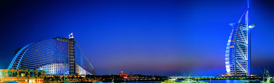 Jumeirah Beach Hotel (tv) og Burj Al Arab (th)